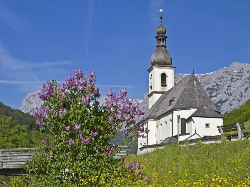 Kirche Ramsau im Frühling