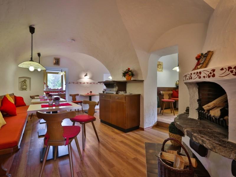 Frühstücksraum mit Kamin